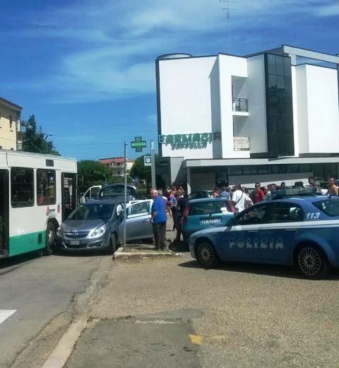 Violento scontro in via Maratona, coinvolto un autobus della Gtm