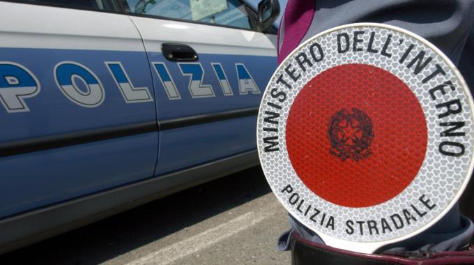 Stradale sequestra pullman senza copertura assicurativa, passeggeri a piedi