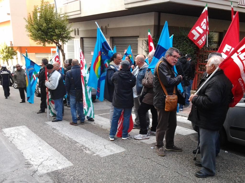 Settore edile al collasso, protesta in Prefettura
