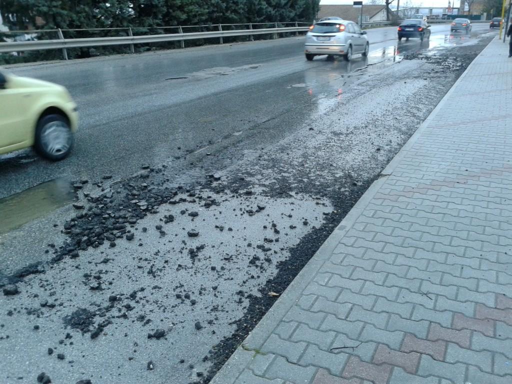 Piogge abbondanti e le strade diventano come il 'gruviera'