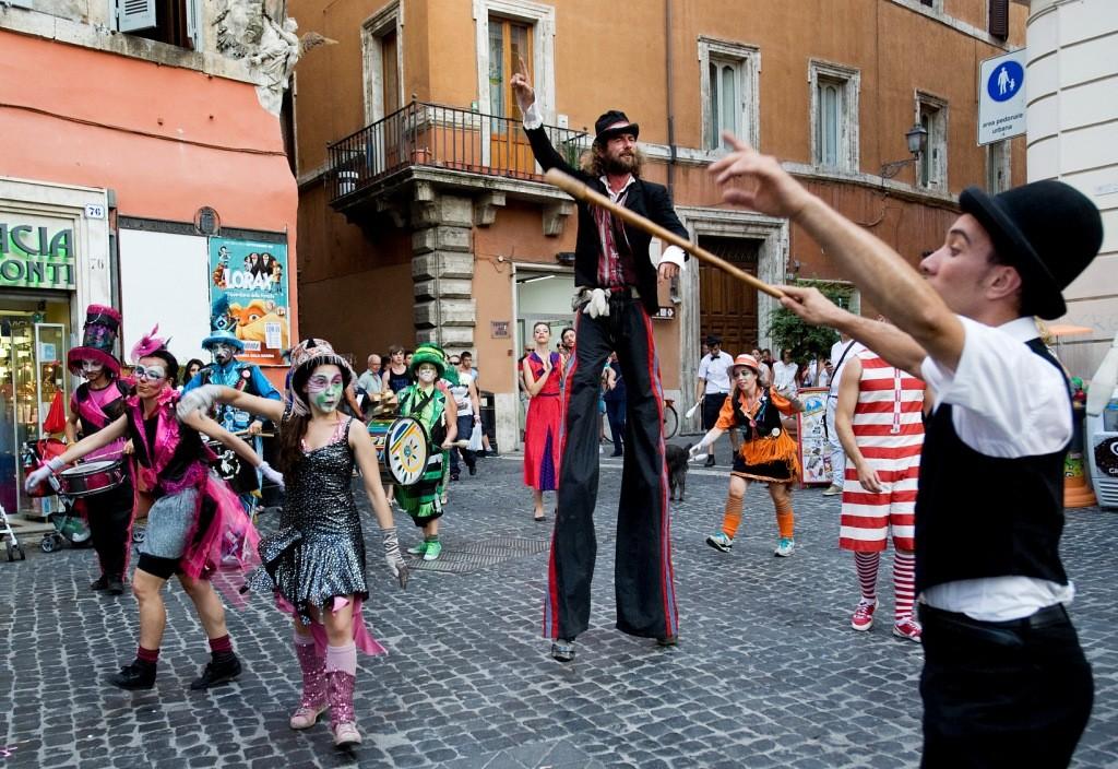 Artisti di strada in festival a Mirabello