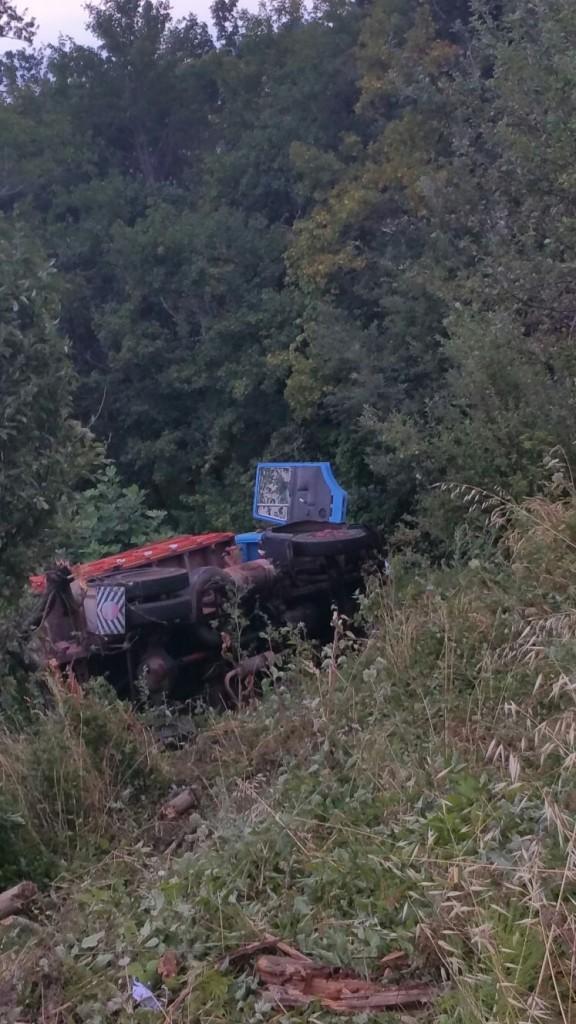 Finisce con il camion in un dirupo, solo lievi ferite