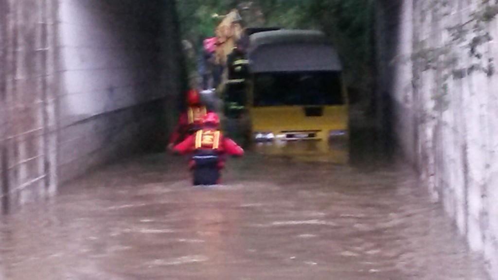 Pioggia incessante, i pompieri tirano fuori sette bambini da uno scuolabus a Macchia d'Isernia