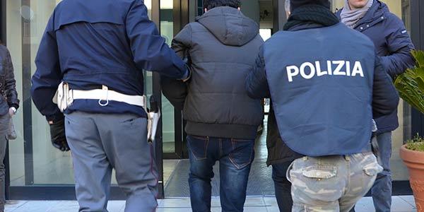 Infastidisce una dipendente della Cattolica e poi aggredisce i poliziotti, arrestato