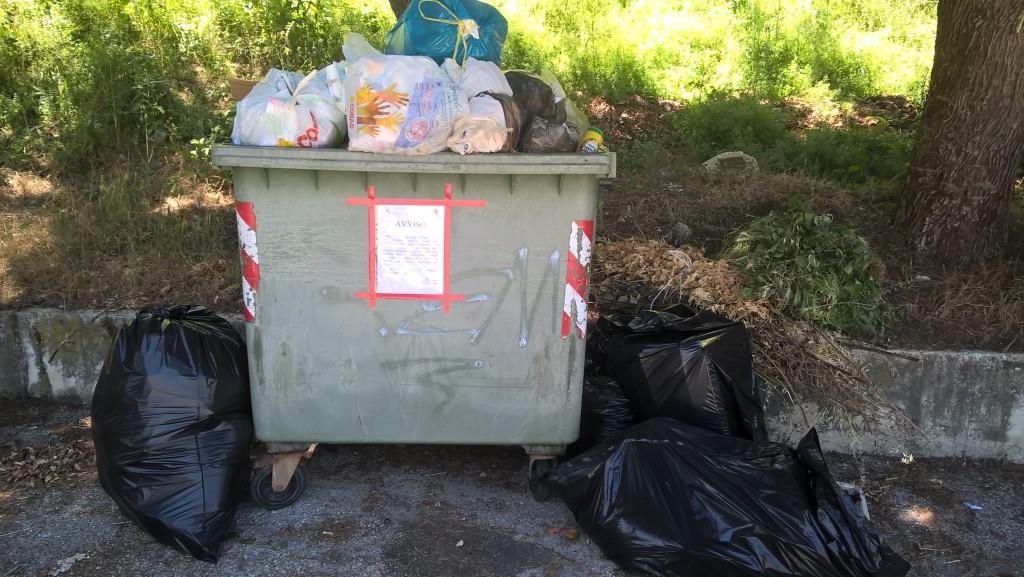 Ferrazzano, bidoni stracolmi e spazzatura ammassata in strada: protestano i residenti della Mimosa
