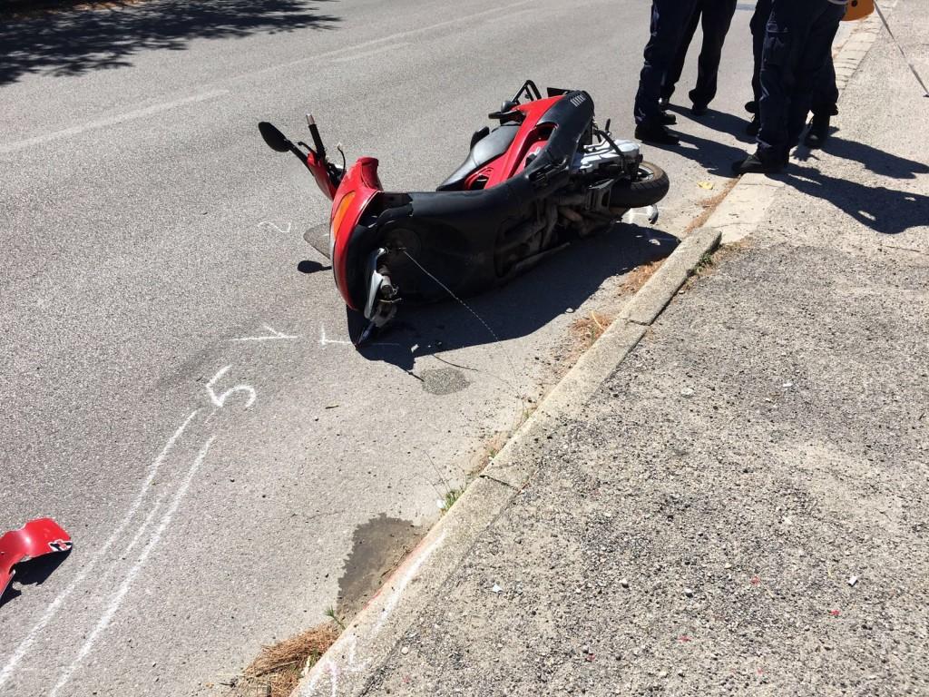 Finisce con lo scooter contro un palo, muore un 28enne