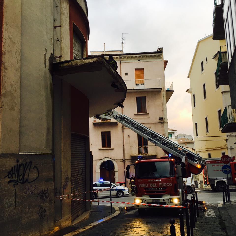 Cadono calcinacci dall'ex Ariston, intervengono i vigili del fuoco