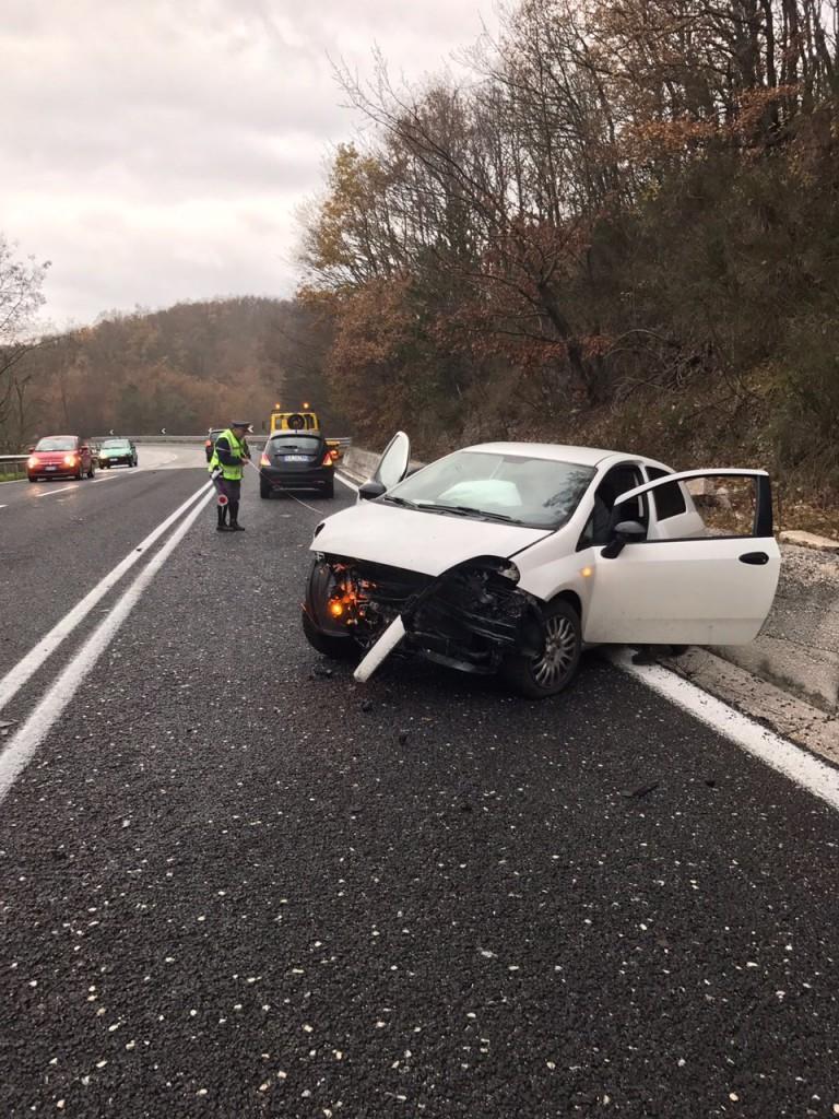 Incidente sulla Statale 17, auto finisce fuori strada
