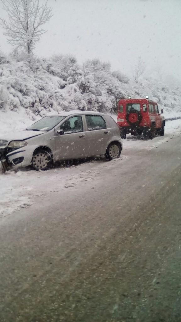 Neve, vigili del fuoco in azione per soccorrere gli automobilisti