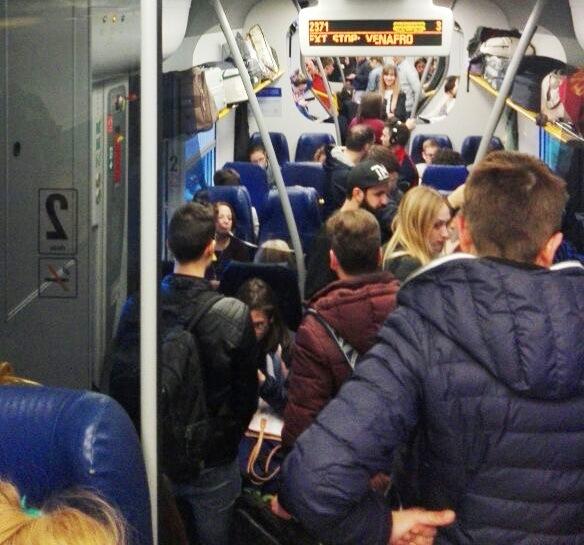 Ennesima odissea per i pendolari isernini: treno stracolmo