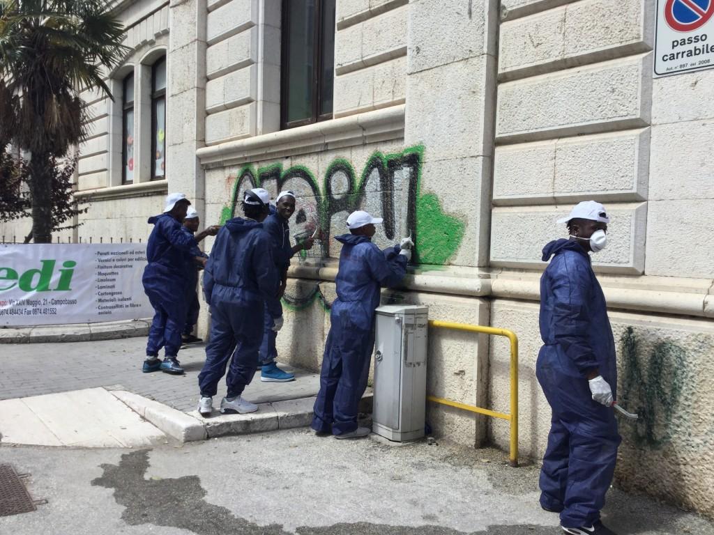 Lezioni di civiltà dai migranti: ripulito pure il muro della scuola D'Ovidio di Campobasso