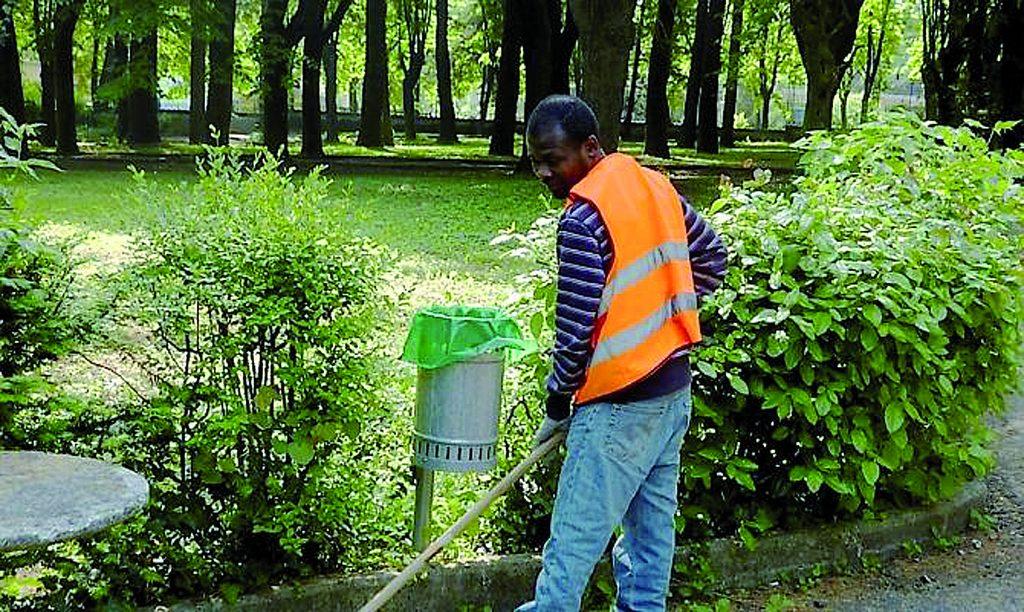 Stop al degrado: migranti al lavoro per ripulire strade e piazze di Isernia