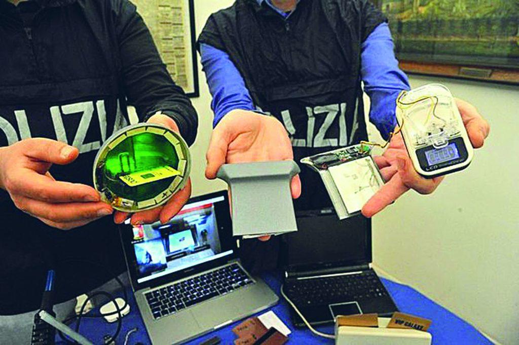 Isernia, porta 28 turisti in albergo e paga con carte taroccate