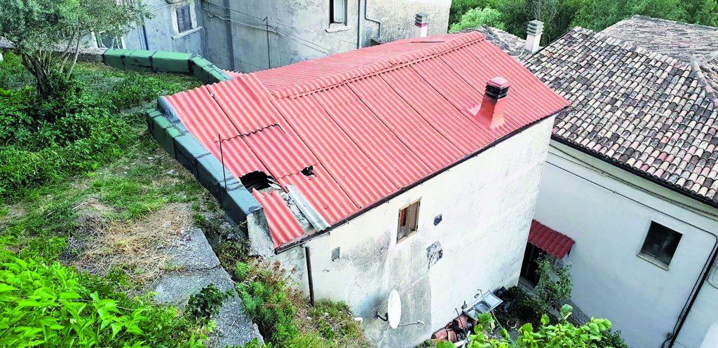 Cerro al Volturno, masso si stacca dal castello e sfonda il tetto di una casa