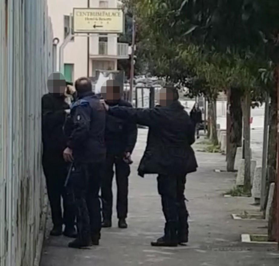 Campobasso, fermato dopo la fuga a pochi metri dal carcere: agente perde il controllo ed estrae la pistola