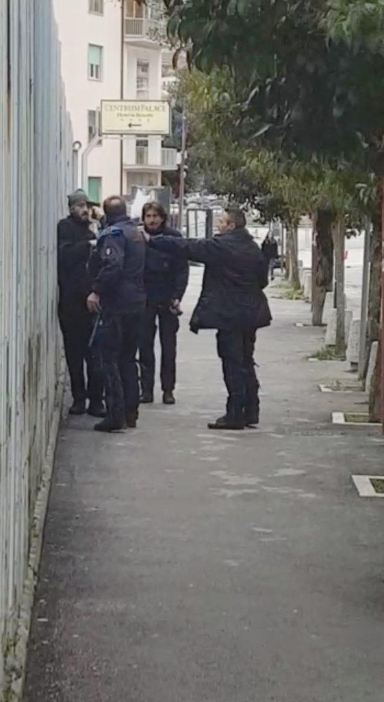 Campobasso, punta la pistola contro il detenuto: agente sospeso dal servizio