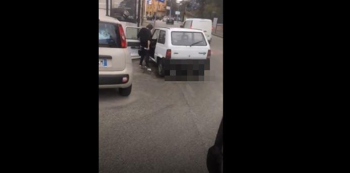 Campobasso, defeca in centro in pieno giorno: il video fa il giro del web