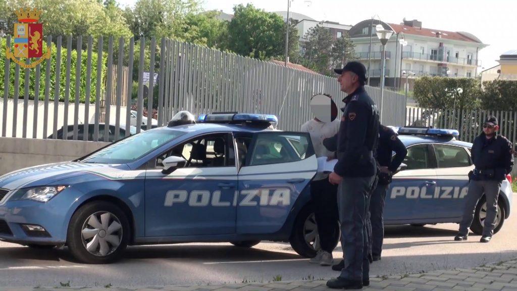 Isernia, picchia due poliziotti e si ferisce con un pezzo di vetro: migrante arrestato