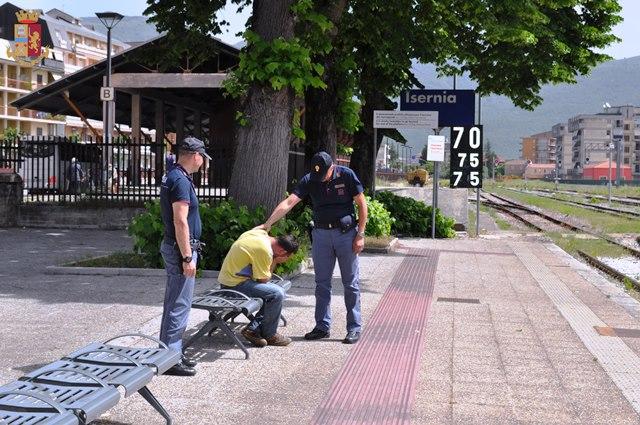 Isernia, alcolista perde casa e lavoro: salvato dai poliziotti di quartiere