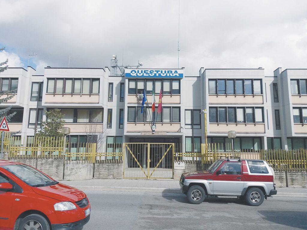 Campobasso, dà di matto in questura e mette a soqquadro gli uffici: denunciato
