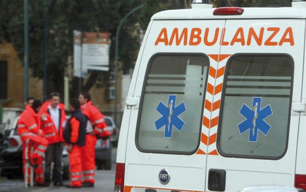 Accusa un malore mentre è alla guida e tampona un'auto, muore 61enne