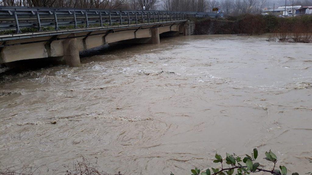 Bojano, Rio Bottone rompe gli argini di nuovo: l'acqua invade la strada Macchialonga