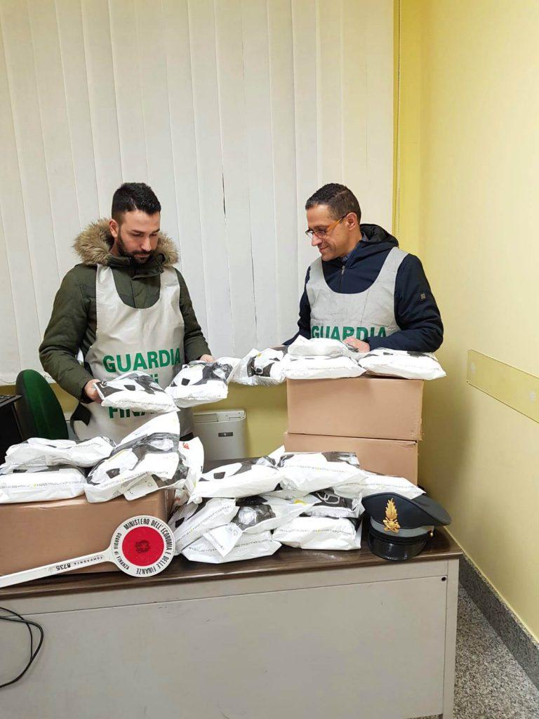 Campobasso, comprava mascherine a 85 centesimi l'una e le rivendeva a 13 euro: commerciante nei guai