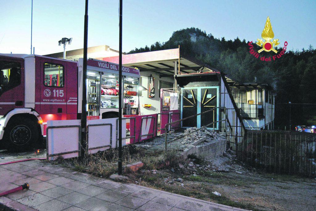 Campobasso, magazzino distrutto dalle fiamme: paura in via Garibaldi