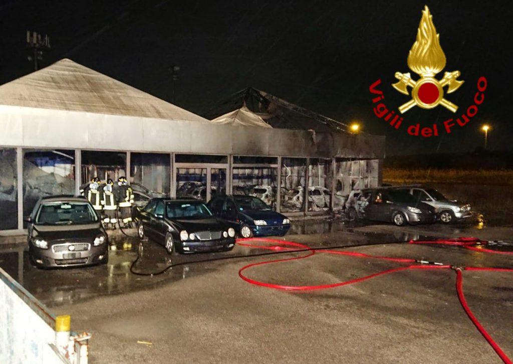 Montenero, salone di auto usate a fuoco sulla statale 16: sei gli automezzi del 115 sul posto